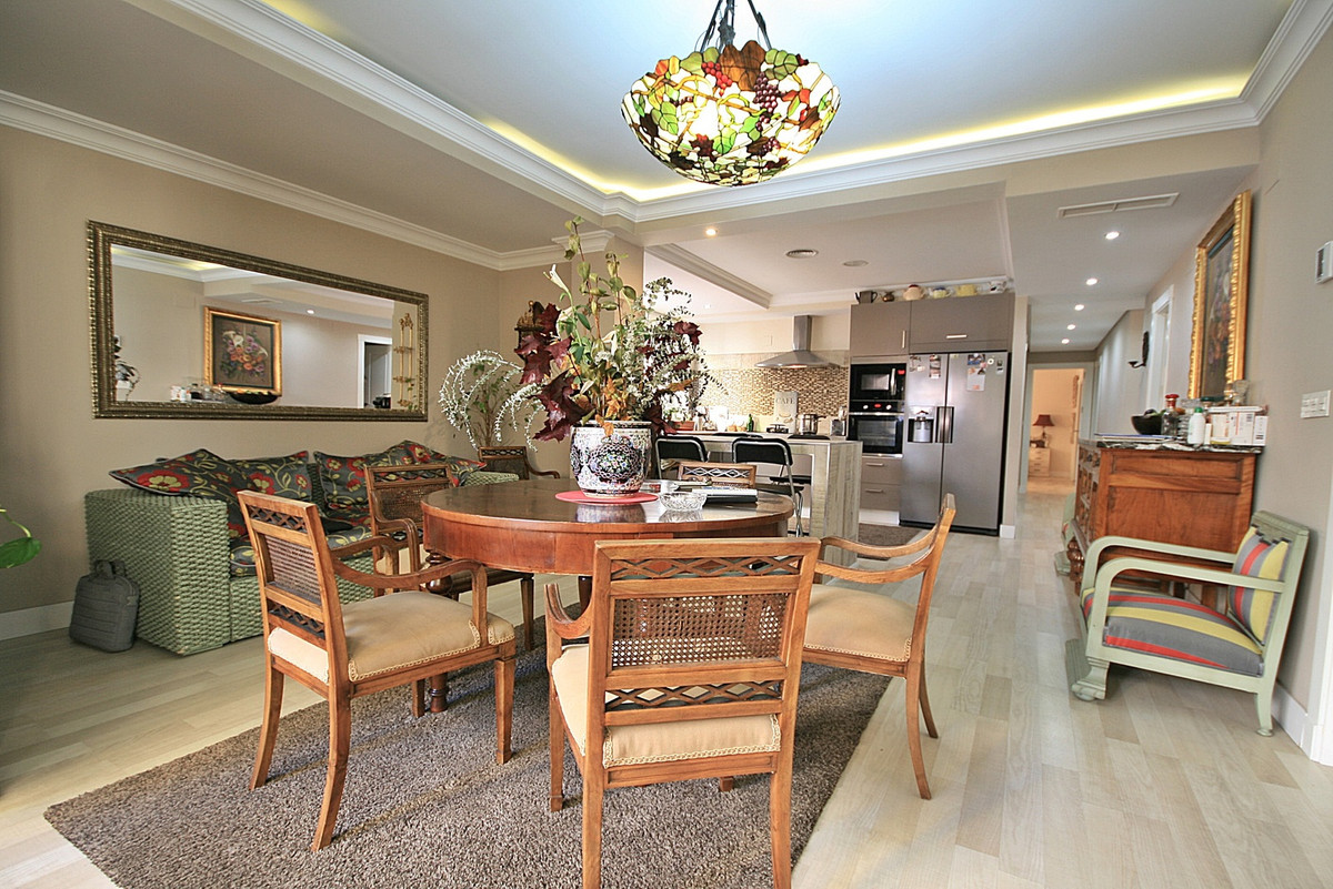This is a HUGE 4 bedroom, fully reformed apartment in the trendy Soho area of Malaga Centro, this is,Spain