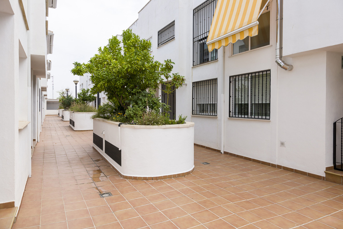 Charming townhouse, located in a closed area, only 500 meters from the mercadona, the church, in the,Spain