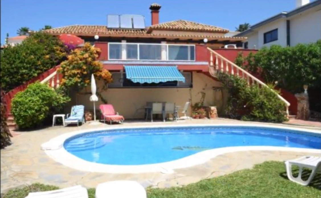 This lovely double bedroom villa in the Costa Del sol  please look at video for better concept. The ,Spain