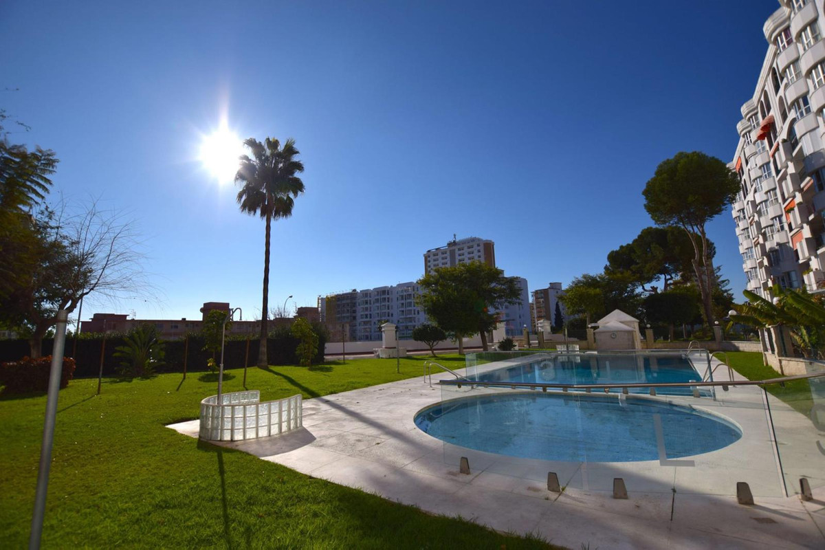 DON´T MISS OUT! Immaculate 3 bedroom apartment totally renovated in second line beach, Fuengirola, L, Spain