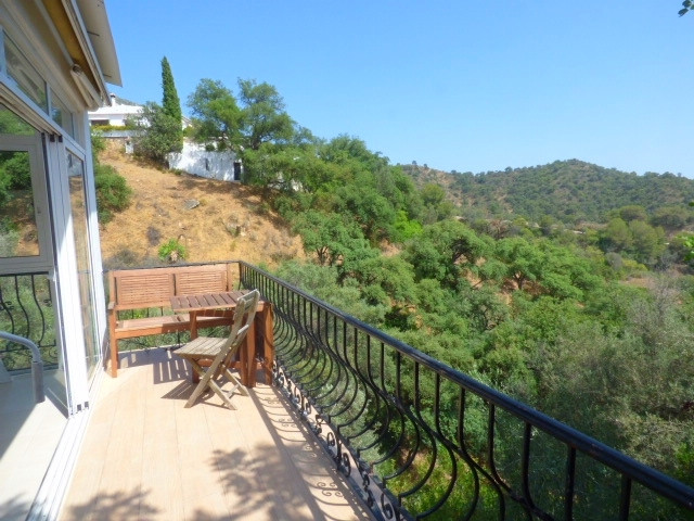 Charming Andalusian villa within a unique enviroment next to Istan�s lake. This villa comprises 2 be,Spain