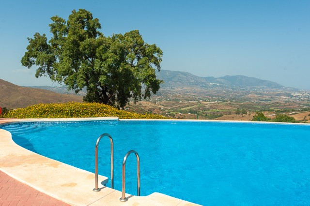 This is a fantastic apartment with a large terrace located inside a perfectly maintained gated compl,Spain
