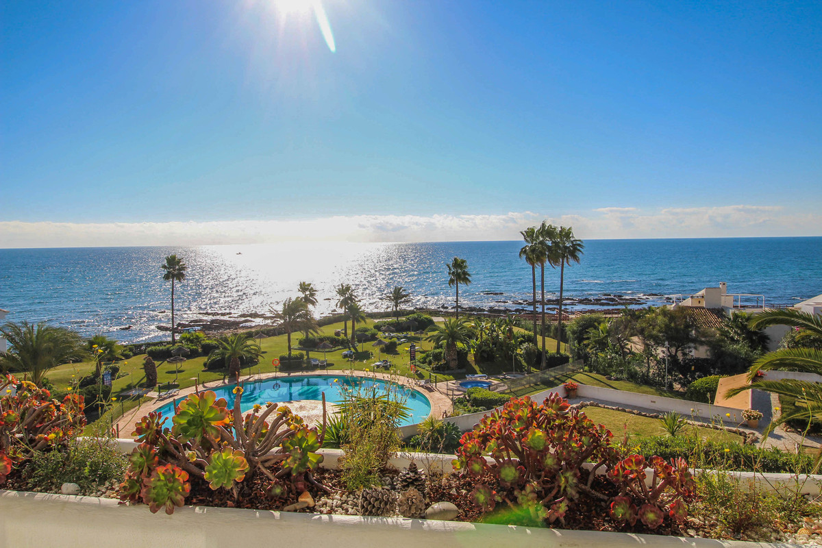A truly amazing and spacious beachfront apartment with uninterrupted views of the sea, set in a well, Spain