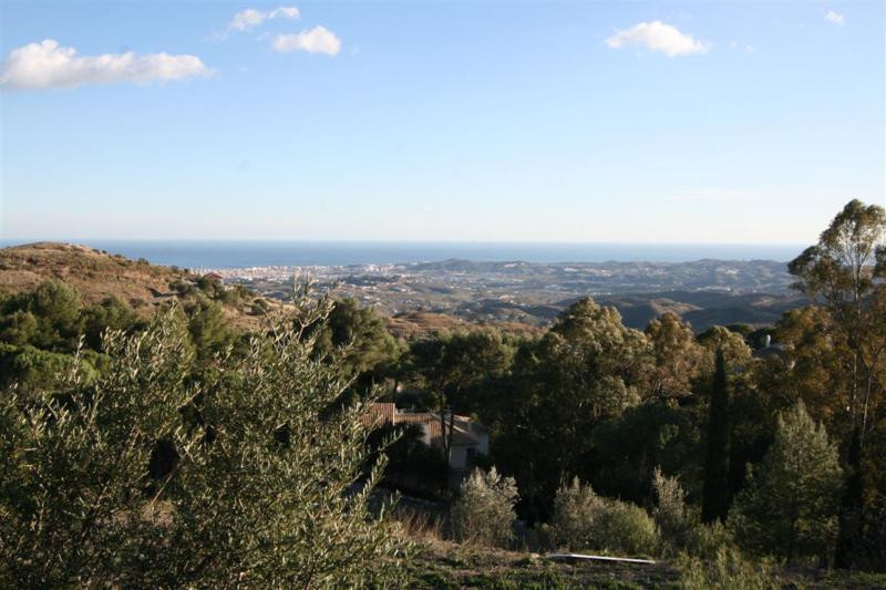 Two building plots, joint together, located in the prestigious and very well maintained urbanization,Spain