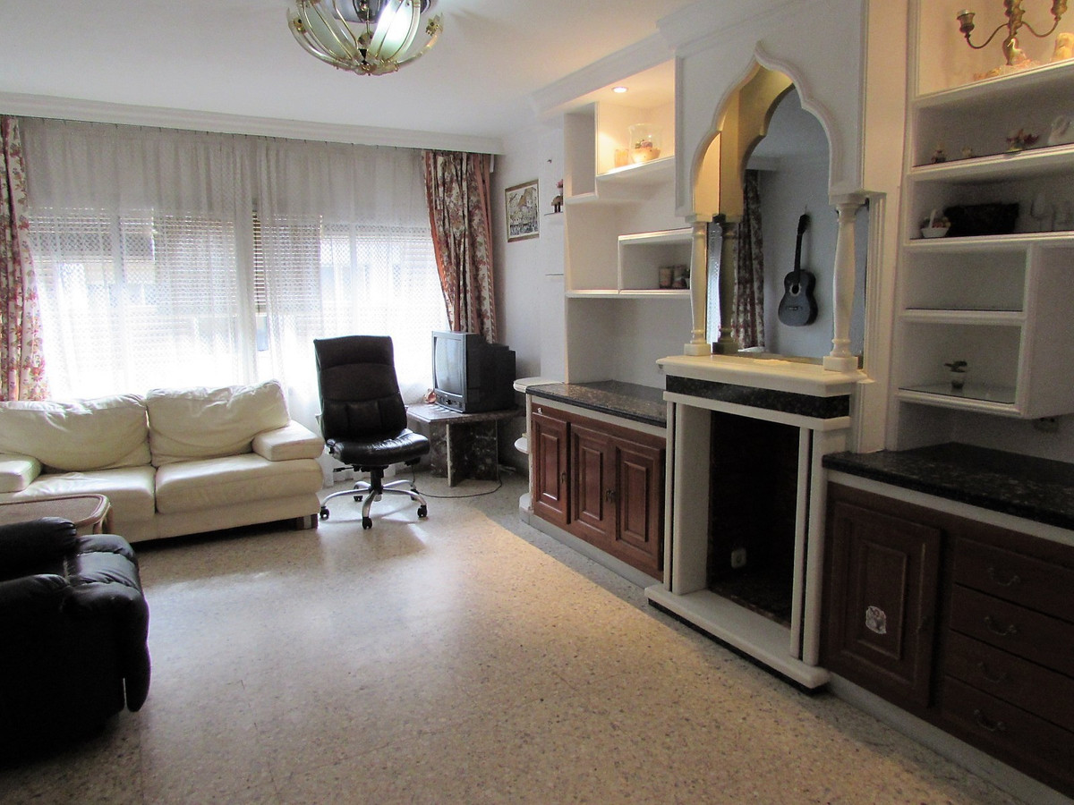 OPPORTUNITY! Flat of three bedrooms in the center of the village, close to school, market, shops, ba, Spain