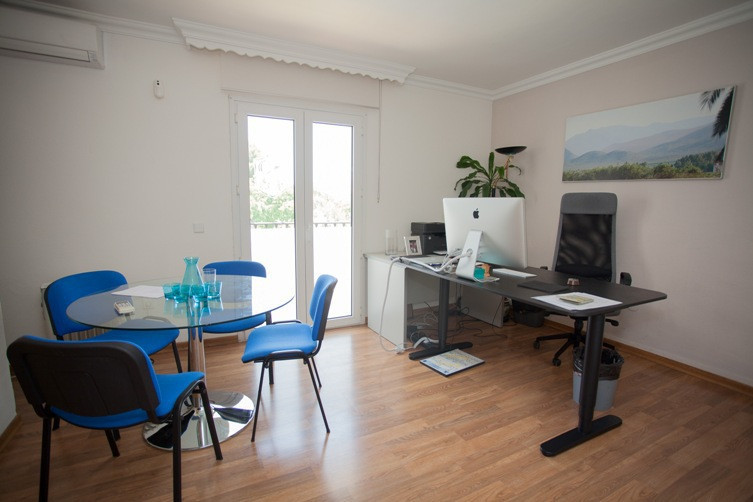 This is a office or can be a house it is located within an urbanization with large garden areas and ,Spain