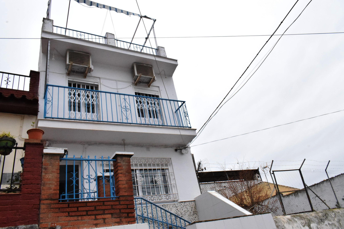 This 2 bedroom townhouse has been recently renovated in a modern style. Located in the heart of Vele, Spain