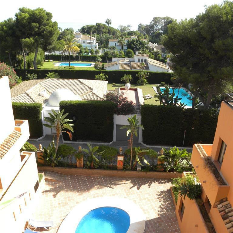 This Distress sale penthouse with fabulous sea views is located on the New Golden Mile and is walkin, Spain