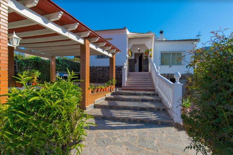 CHALET WITH SWIMMING POOL IN CARTAMA  Cosy house of 103 m2 built housing, with garage, storage room , Spain