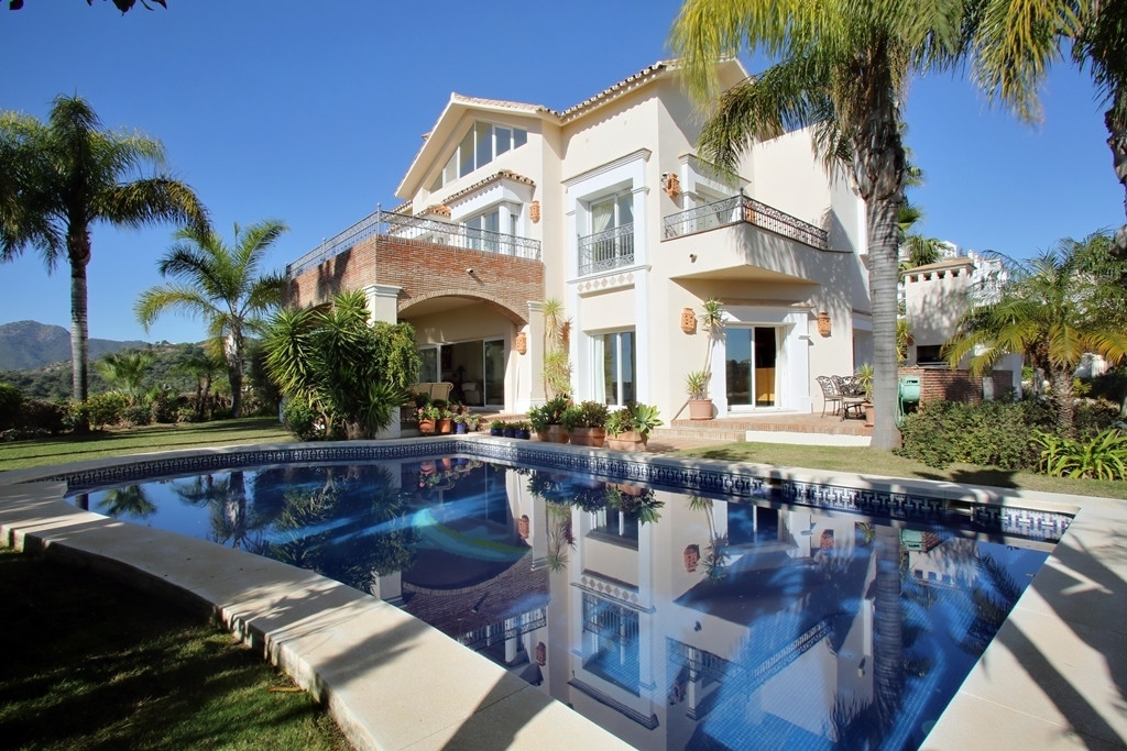 Wonderful four bedroom, south facing frontline golf villa in the sought after community of Los Arque,Spain