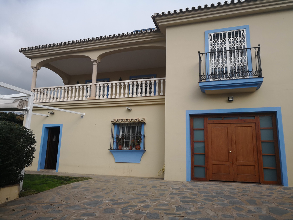 Independent villa with business premise just in the entrance of Estepona city center. Ground floor- ,Spain