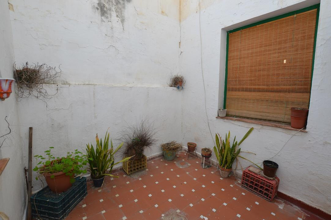 OPPORTUNITY IN THE CENTRE OF MALAGA: APARTMENT REQUIRING RENOVATION WITH TWO INTERNAL PATIOS, ONLY 1,Spain