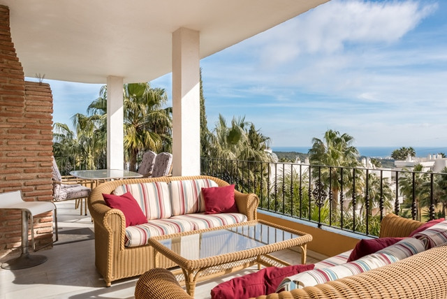 Lovely top floor apartment in a small complex located just 200 meters from the Clubhouse of Estepona,Spain
