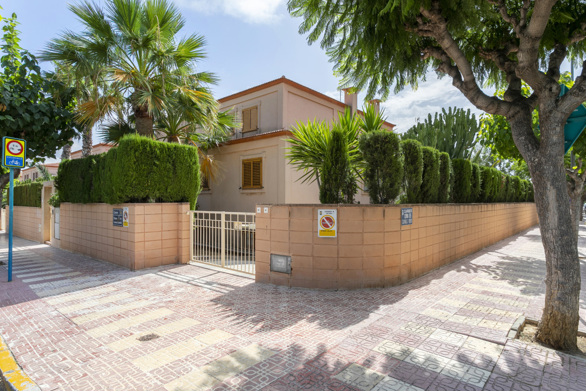 Impeccable urban corner villa with 5 bedrooms, in the one of the most sought after areas of ??Mucham, Spain