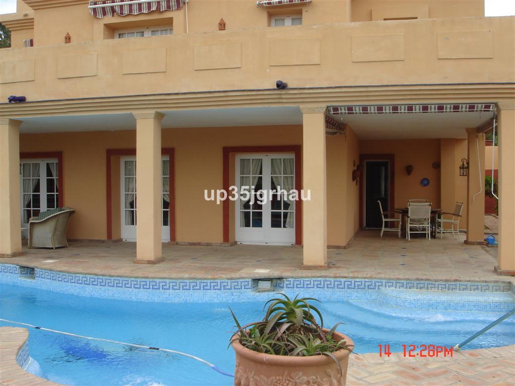 Detached Villa, Estepona, Costa del Sol. 4 Bedrooms, 3 Bathrooms, Built 335 m², Terrace 110 m², Gard,Spain