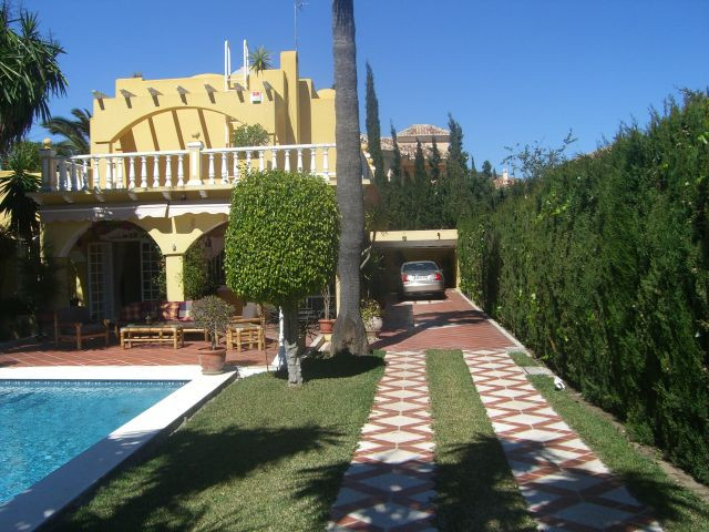 Stylish detached Villa located in quiet residential area, yet ideally situated minutes away from Pue,Spain
