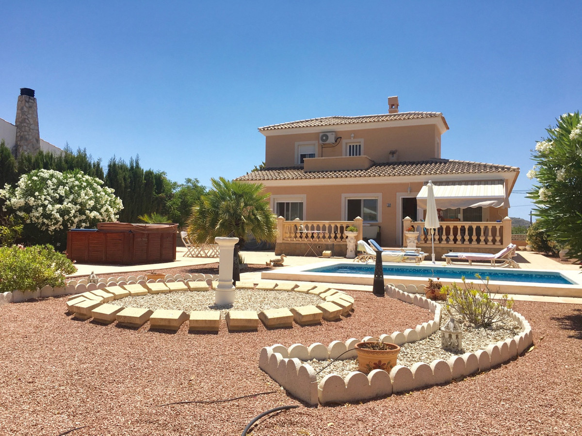 Beautiful 3/4 bedroom villa with private pool in a residential area of ??Busot.  This villa built in, Spain