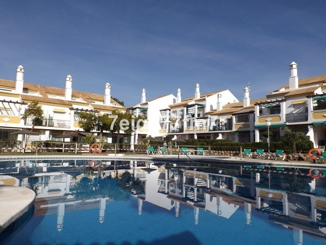 Good quality and in excellent condition, this 2 bed 2 bath (one en-suite) first and top floor apartm,Spain