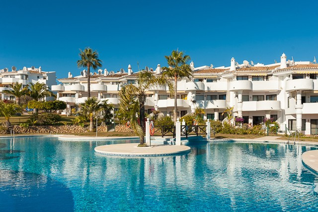 Located in the heart of Calahonda, walking distance  to the amenities and to the beach, this bright ,Spain