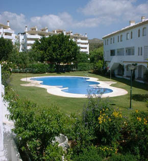This 2 bedroom, 2 bathroom duplex apartment is situated right in the heart of Calahonda, behind the , Spain