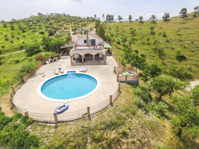 OPPORTUNITY!!!  Finca with panoramic views over a large plot with HORSE LICENSE!!  It is distributed,Spain