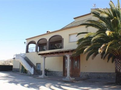 Very large house of 400m2 on a fenced plot of 5128m2. Walking distance from town, Close to the train, Spain