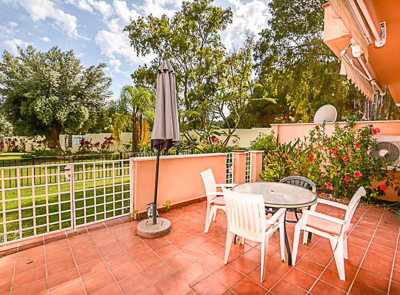 Spacious ground floor apartment in located in a sought-after development  in Elviria (Jardines De Sa, Spain