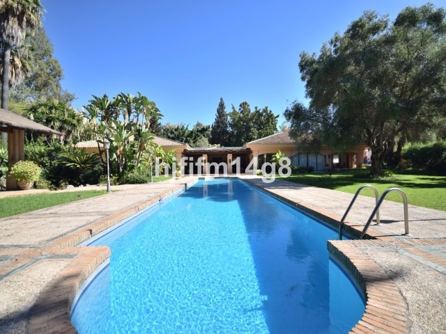 Stunning five bedroom villa for sale in a fantastic location! Situated in the heart of the Nueva And, Spain