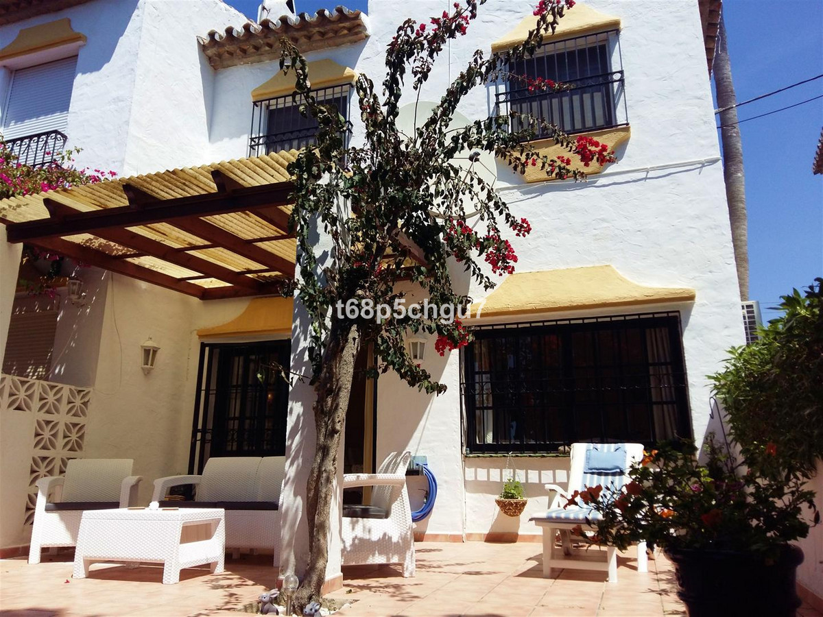 Recently renovated corner townhouse with beautiful private garden in a picturesque urbanisation with,Spain