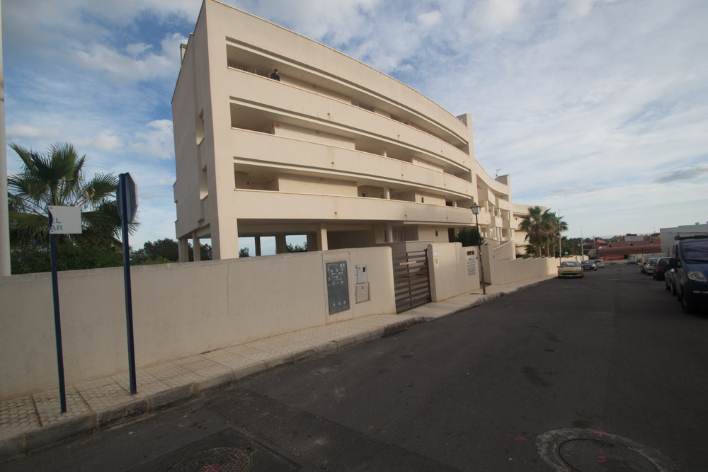 RENOVATED 2 BEDROOM PENTHOUSE APARTMENT IN VILLAMARTIN. This property is situated in villamartin, ju,Spain