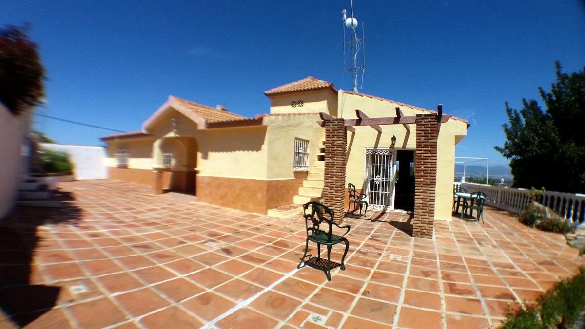 Substantial individual Country House 215 mtr2 built, with Swimming Pool 4 bedrooms 2 bath rooms Clos, Spain
