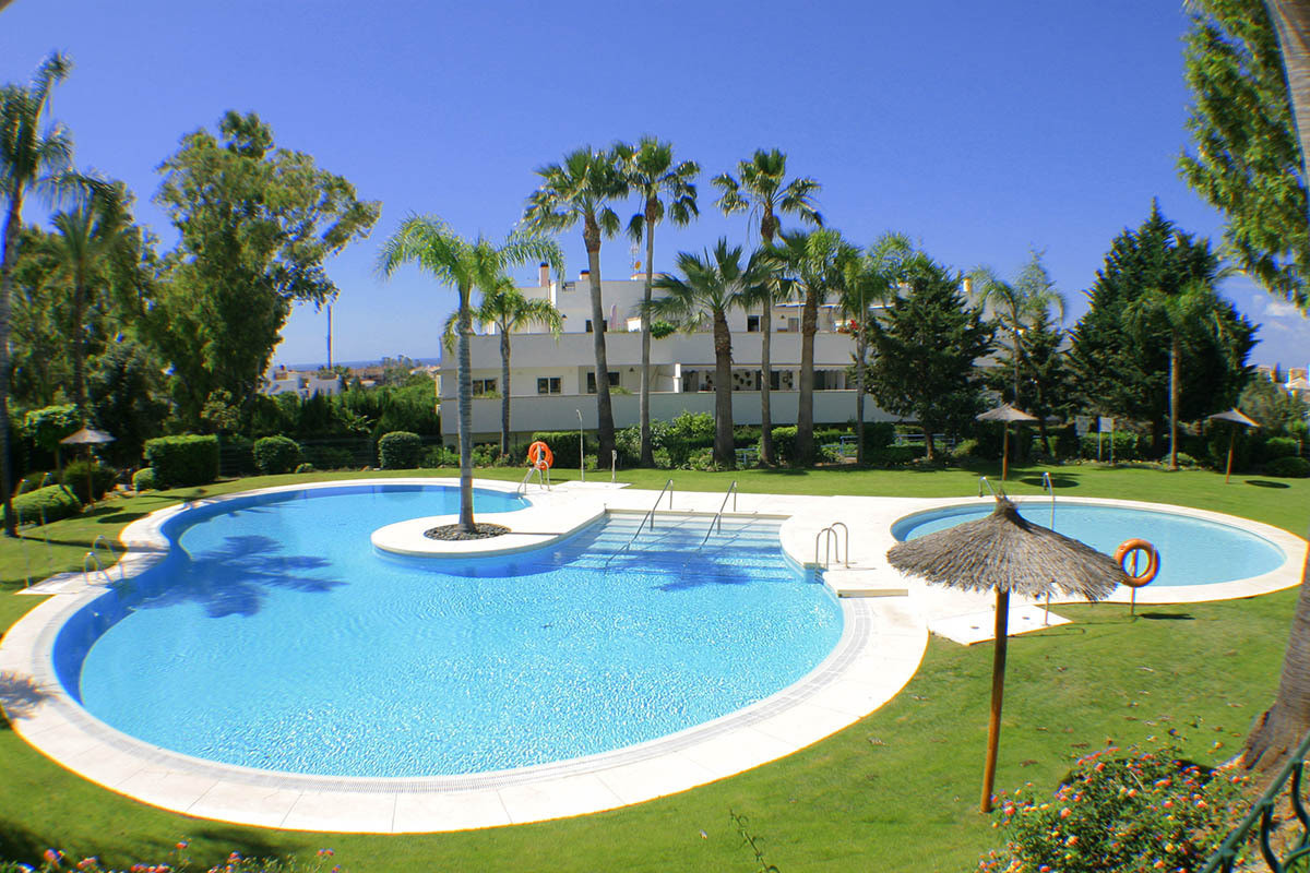 Spacious 3 bedroom, 2 bathroom apartment located in the Rodeo area.  The Rodeo area is 1 km from San, Spain