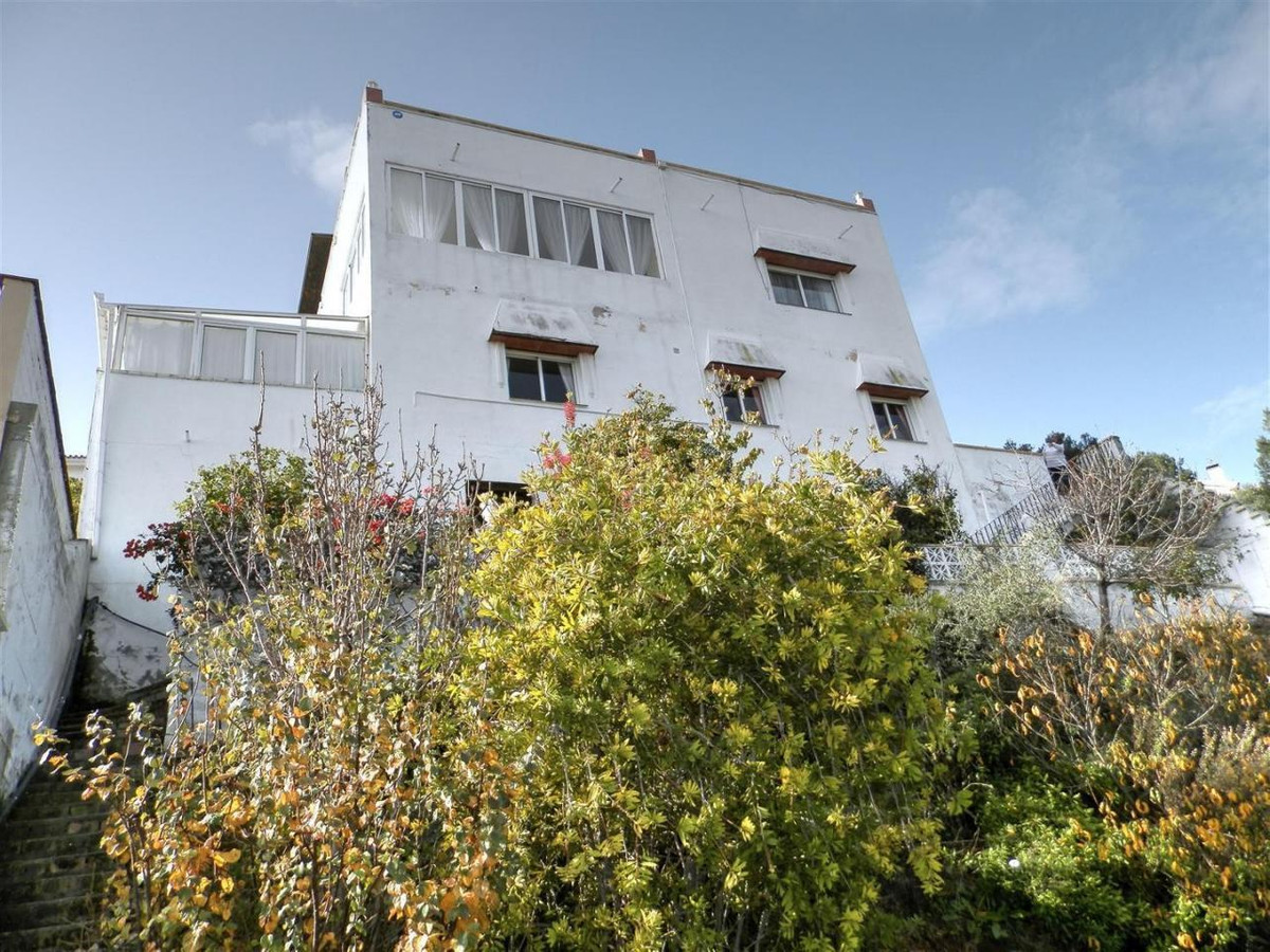 GREAT OPPORTUNITY! Villa distributed on 3 floors, southeast facing, great sea and mountain views. Lo,Spain