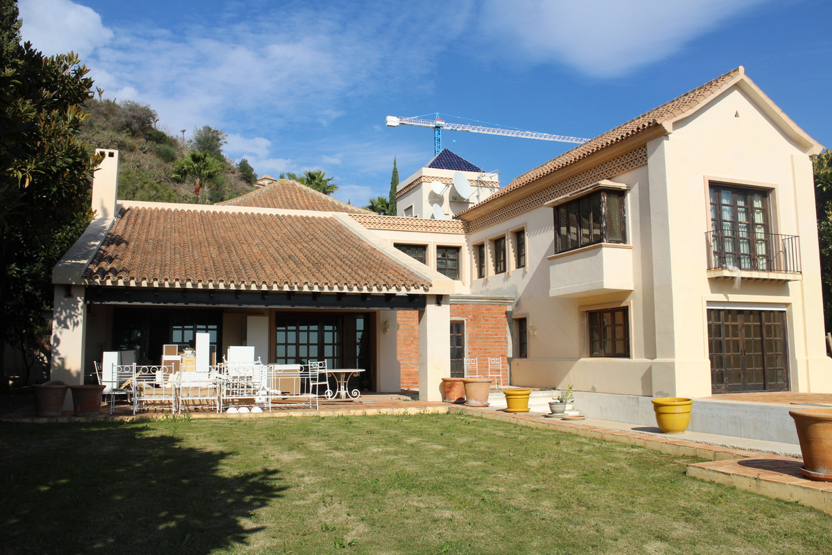 Traditional style villa built on 2 floors on the 1573m2 plot. 449m2 are distributed in 4 bedrooms an, Spain