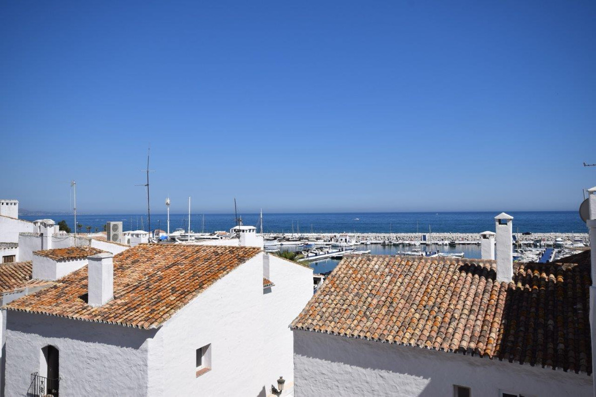 Recently refurbished apartment with build145m2 in perfect condition, located on the second line of P,Spain