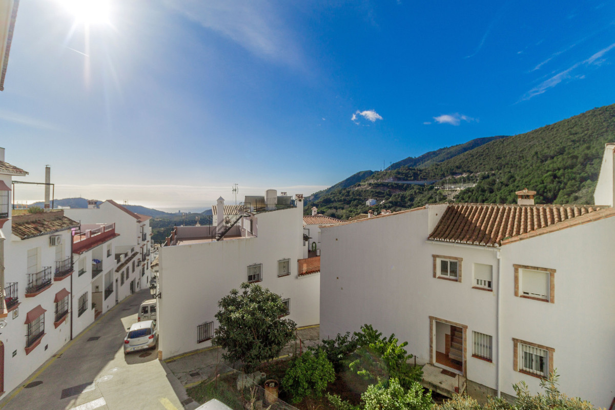 Two bedroom apartment for sale 8 minutes to Marbella. Sea and Mountains views.  To see the video of , Spain