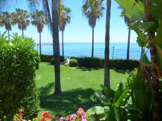 Townhouse of 270 m2 in the middle row of a landscaped beachfront complex, close to the old town and ,Spain
