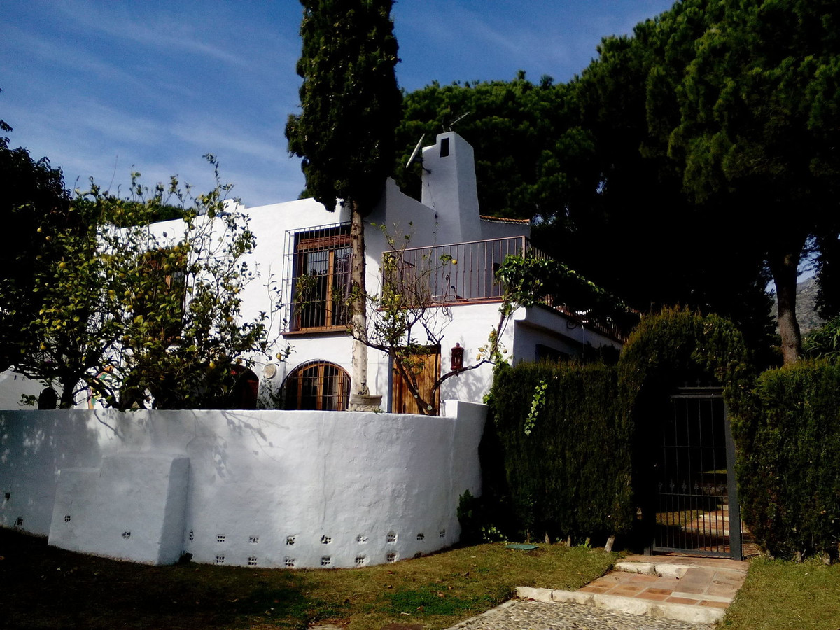 Charming semi-detached house located at the end of a cul de sac in the sought after area of Sierra B,Spain