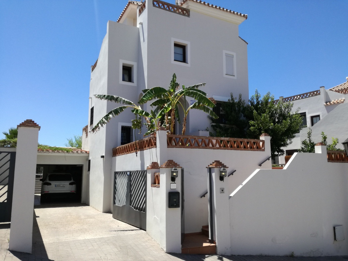 Modern detached pool villa, 4 bedrooms 4 bathrooms. Gated golf community, the villa is next to the R,Spain