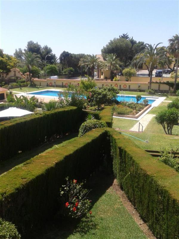 Amplio y comodo adosado en dos plantas con orientacion Sur.  Planta baja. Porche de entrada, cocina ,Spain