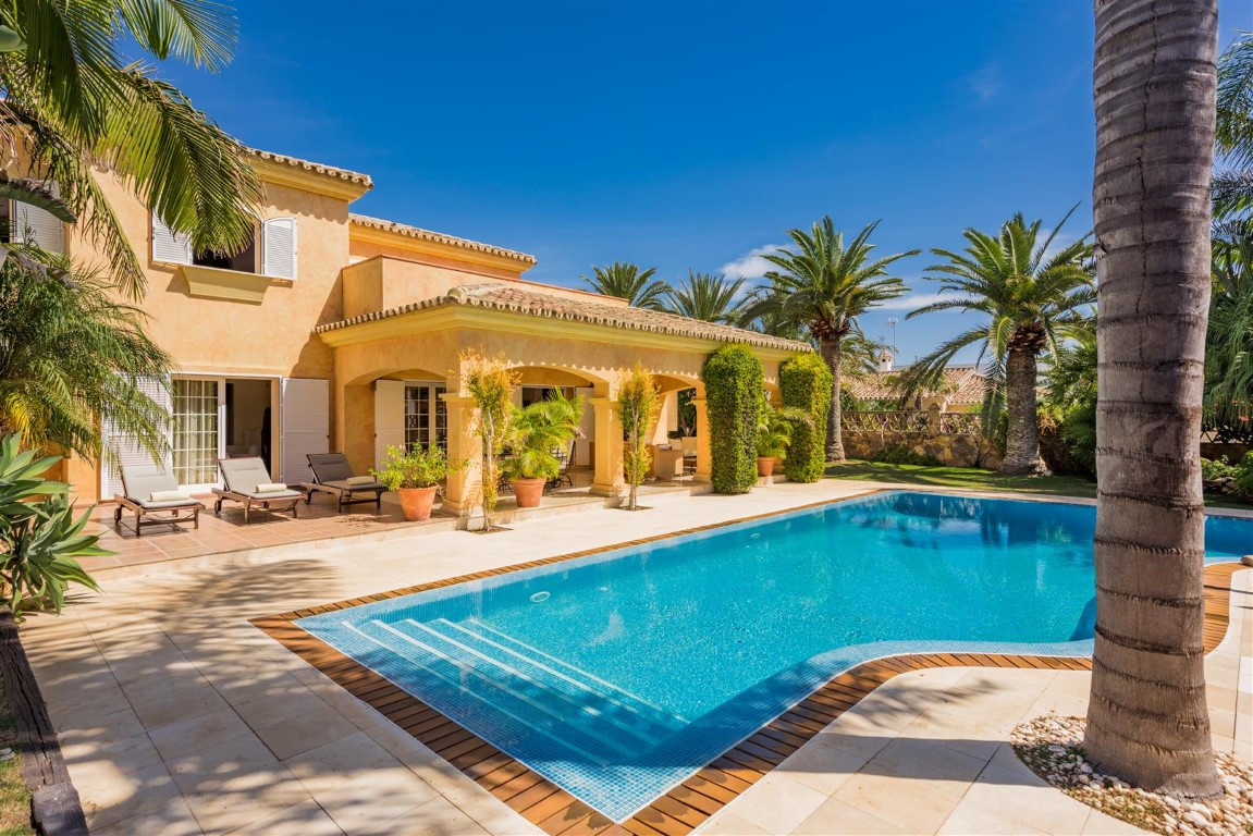 Luxurious villa with underfloor heating, garage for 3 cars and loft apartment in one of the best are,Spain