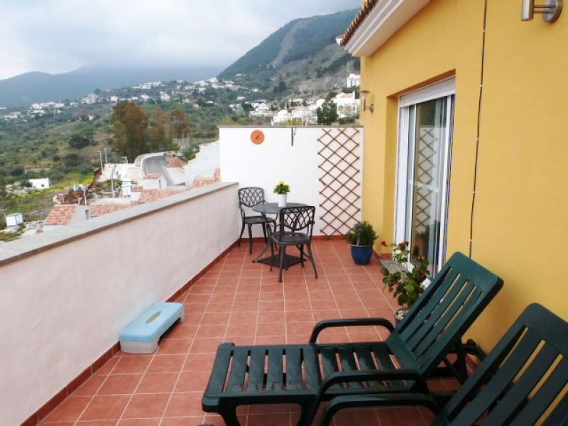 A beautiful penthouse apartment set in an enviable position between the villages of Puente Don Manue,Spain