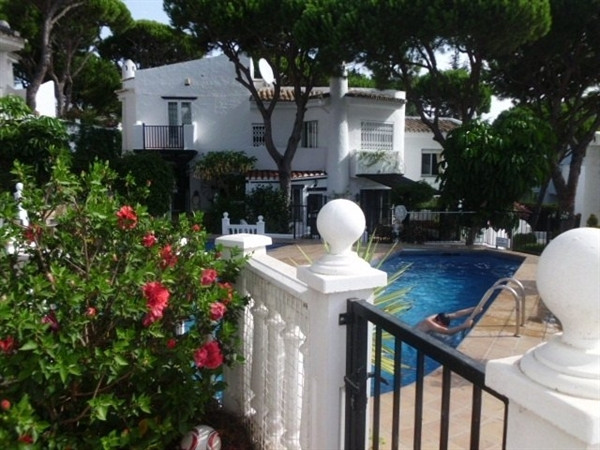 This lovely 2 bedroom 1bathroom townhouse  in Pinos de Calalhonda is a small private community. The , Spain