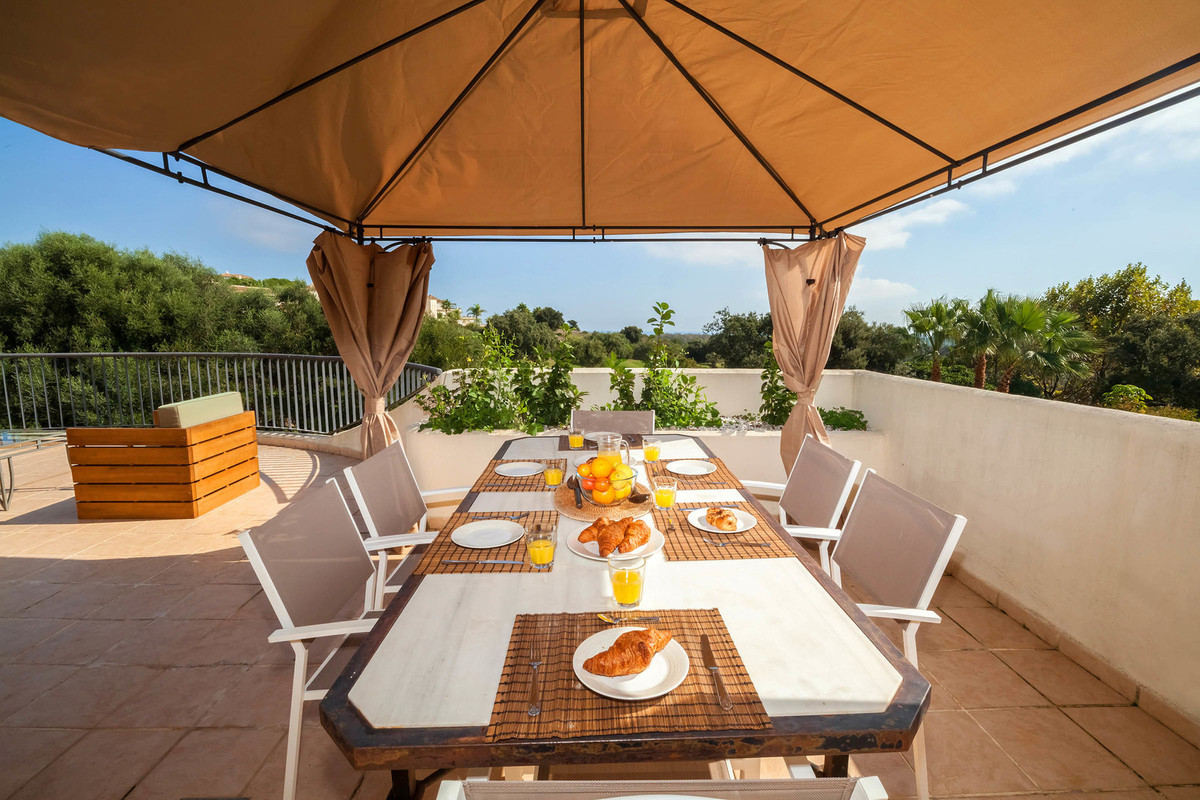 Fantastic large and quality apartment front line to the prestigious San Roque Golf, located in the U, Spain