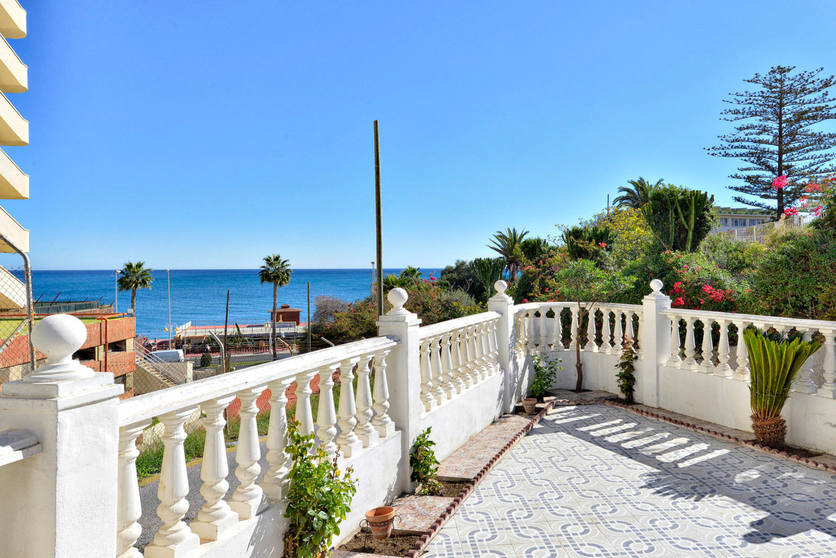 Detached villa. Fantastic position. So near to the beach, hundred meters. Good price. Oportunnity. W, Spain