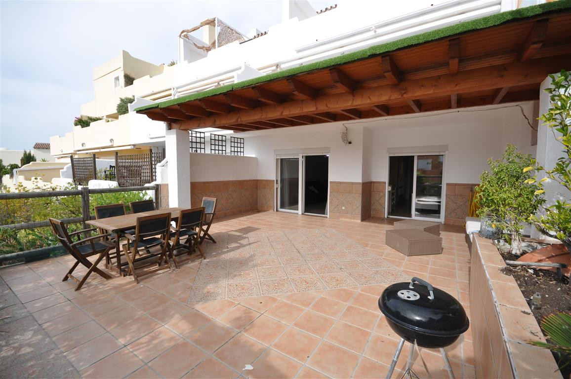 Magnificent ground floor apartment, good location, midway between Estepona and Sabninillas, both in , Spain
