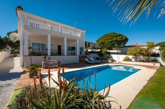 Fabulous 3 bedroom villa with 3 on suite bathrooms located in the sought after urbanization of Pinos, Spain