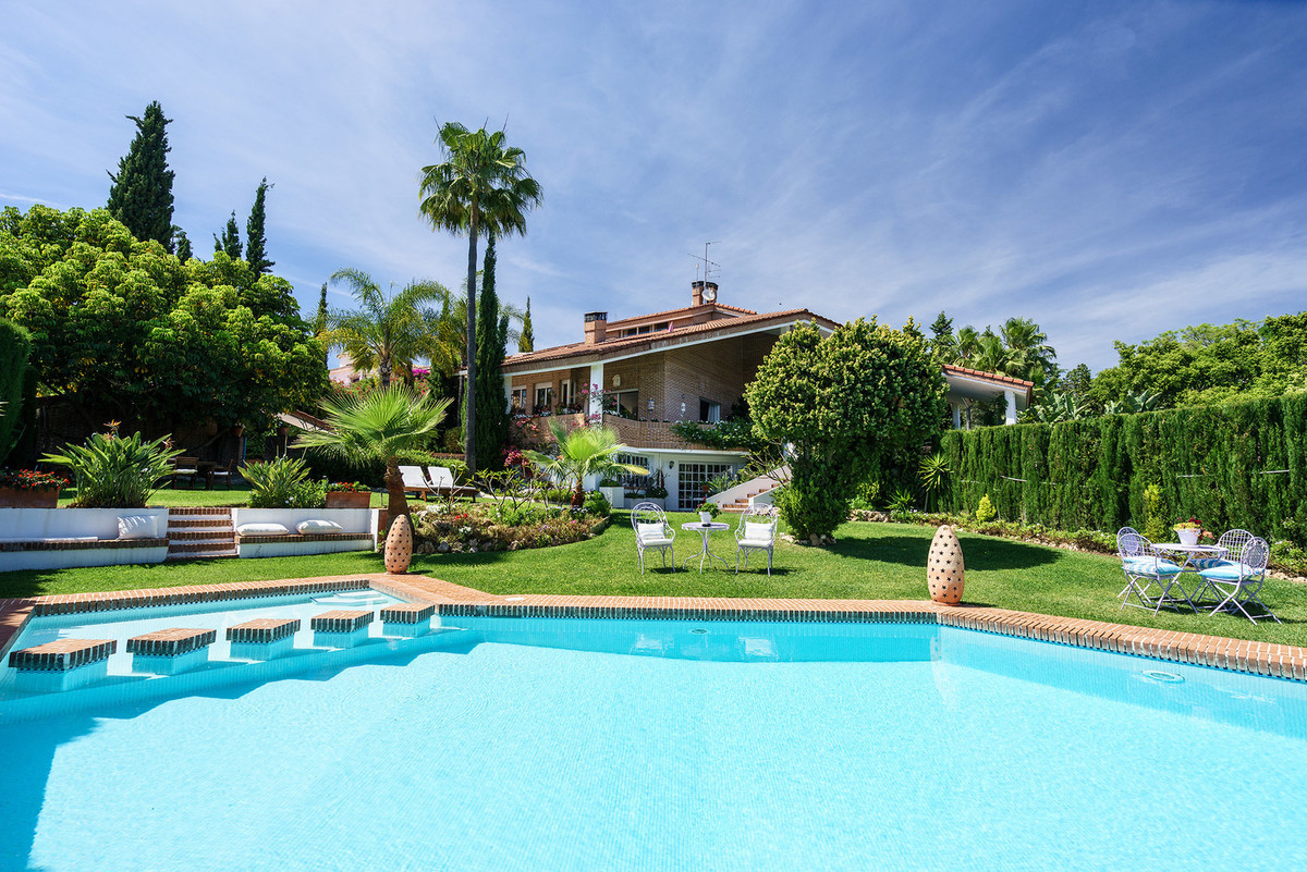 Charming family villa in the prestigious urbanization of El Paraiso Alto, surrounded by the golf cou,Spain