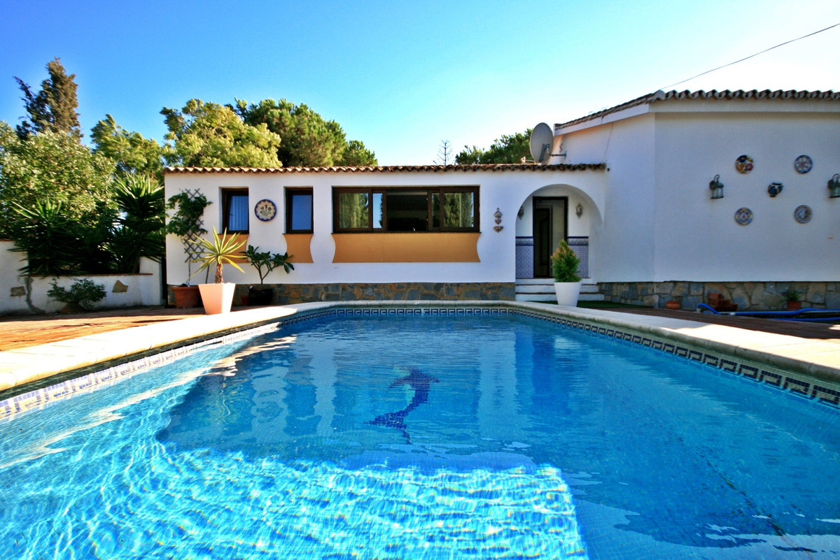 Bright and spacious detached house in the well established residential area of El Chaparral.  This i,Spain