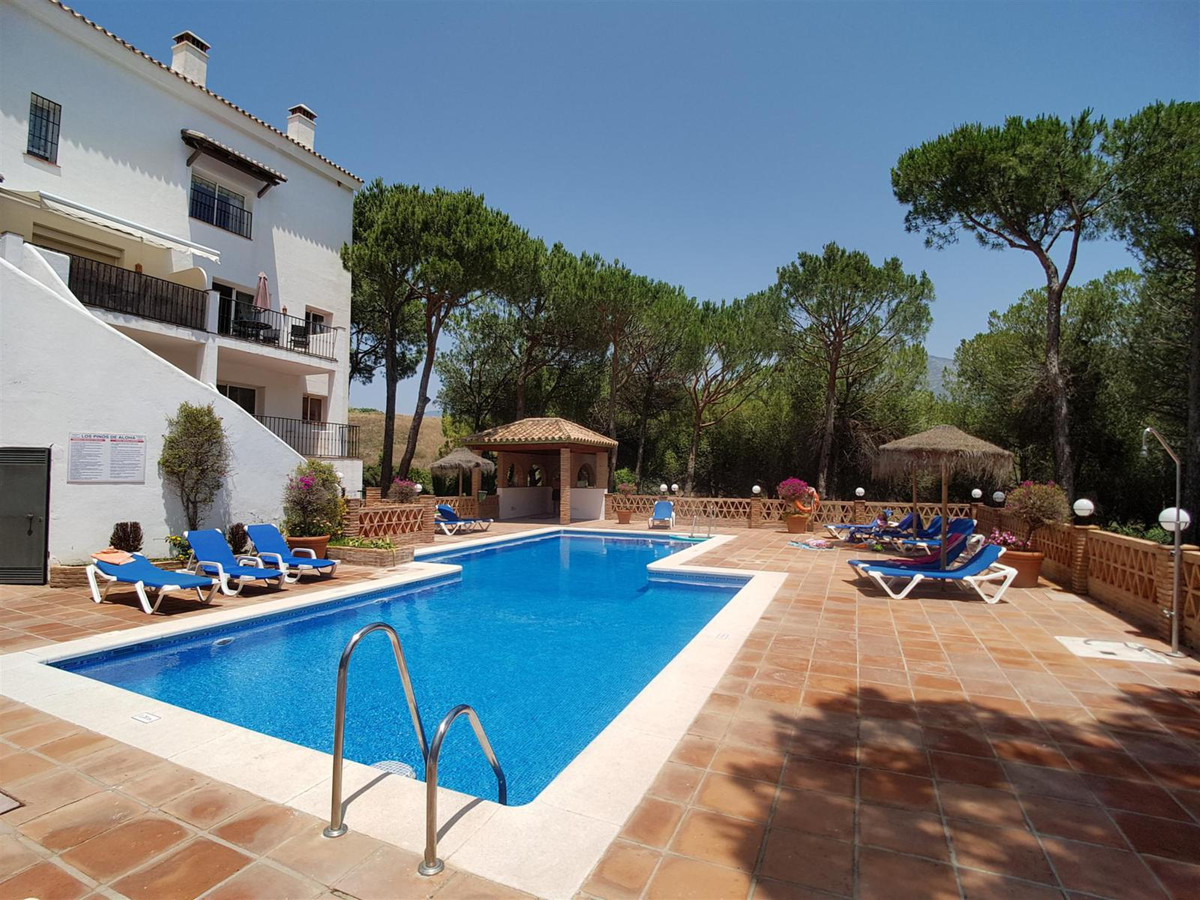 Duplex apartment situated near Aloha Golf Club and Aloha College. On the entrance level is a spaciou, Spain